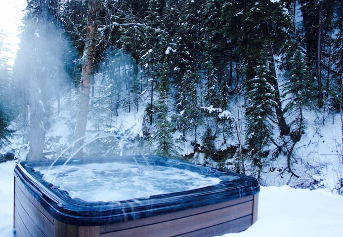 Golden Creekside Place- Private Hot Tub