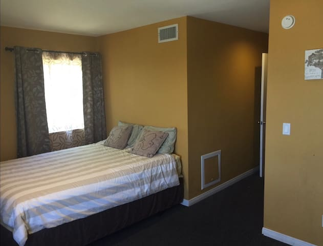 (3)Comfy Room w/ MiniFridge+microwave in Calabasas