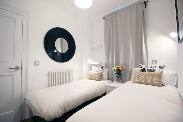 2 min Victoria Station Twin Room with Garden X