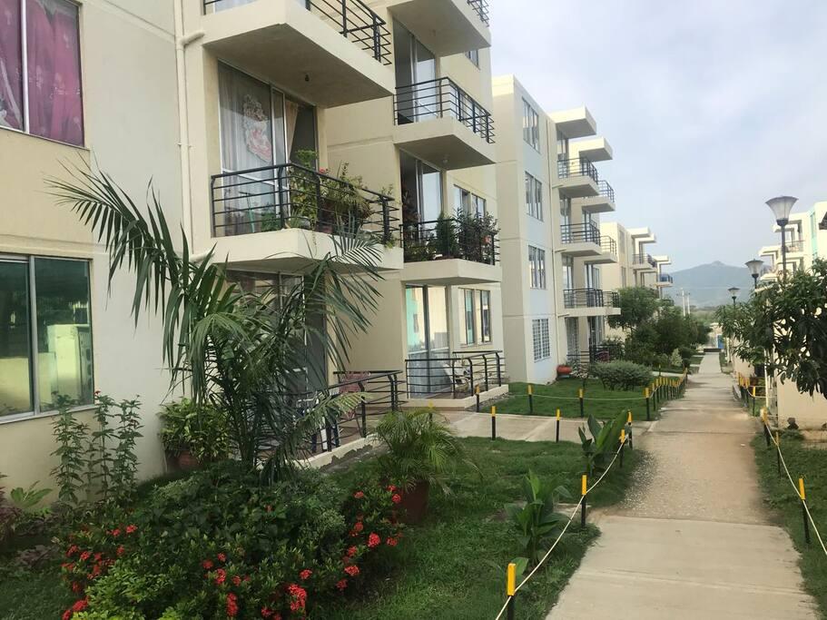 La vista dle Apartamento es agradable hacia la sierra nevada, esta ubicado en un segundo piso.