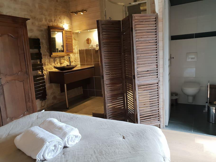 Chambre 3 avec petite terrasse privée et salle de bain et wc