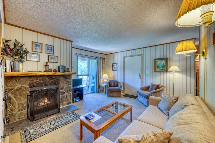 Top floor condo on bus route w/ a private balcony, fireplace & gas grill