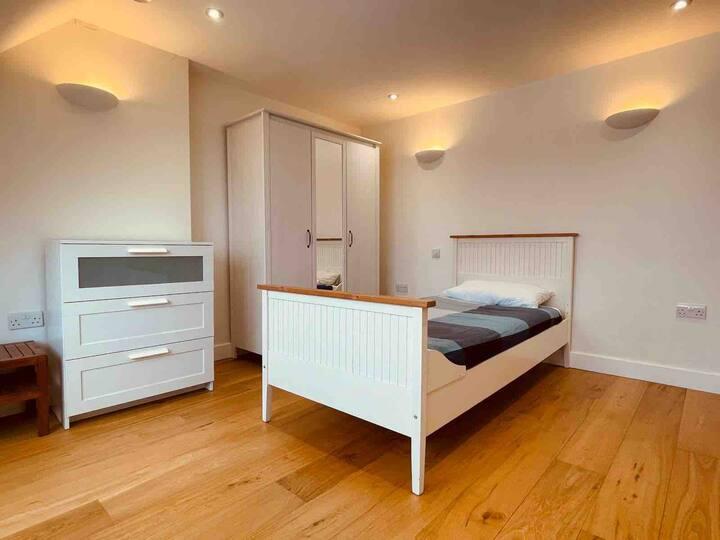 Ensuite room 5, Golders Green (meditation centre)