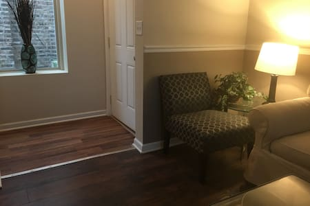 1 in a 3 bedroom apartment (C) - Chicago - Appartement