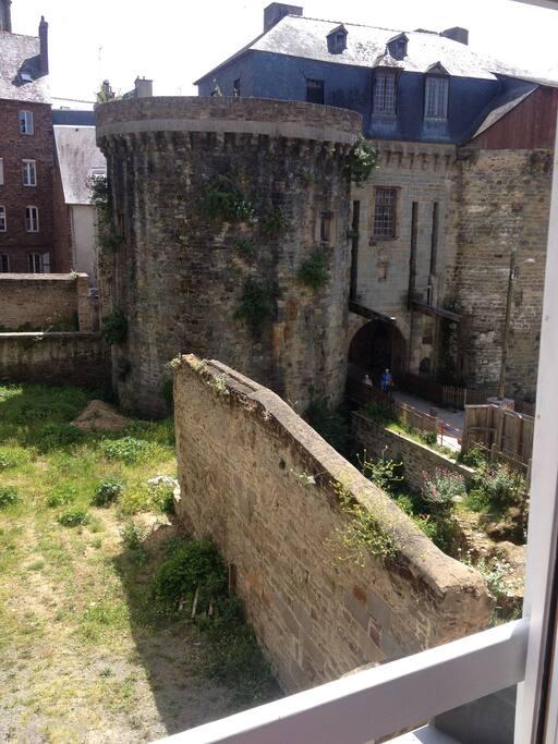 Vue de la fenêtre sur la cathédrale et les portes mordelaises
