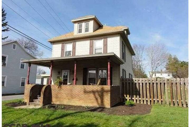 Cozy bedroom 2 minutes away from Penn State!