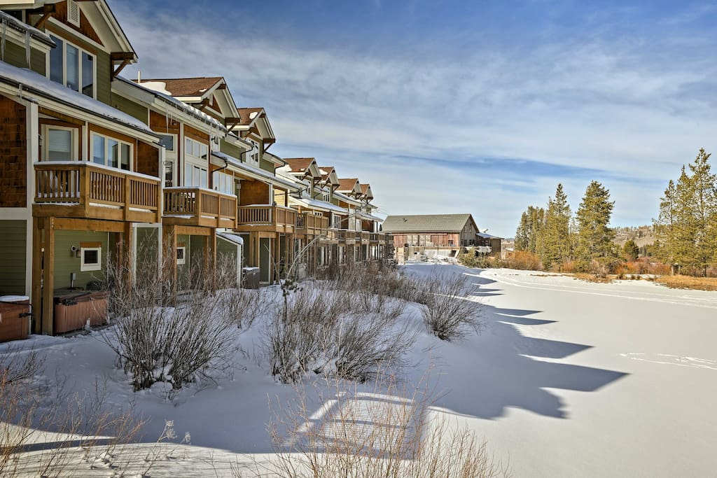 Walk to Main Street or easily access the free shuttle to the slopes.