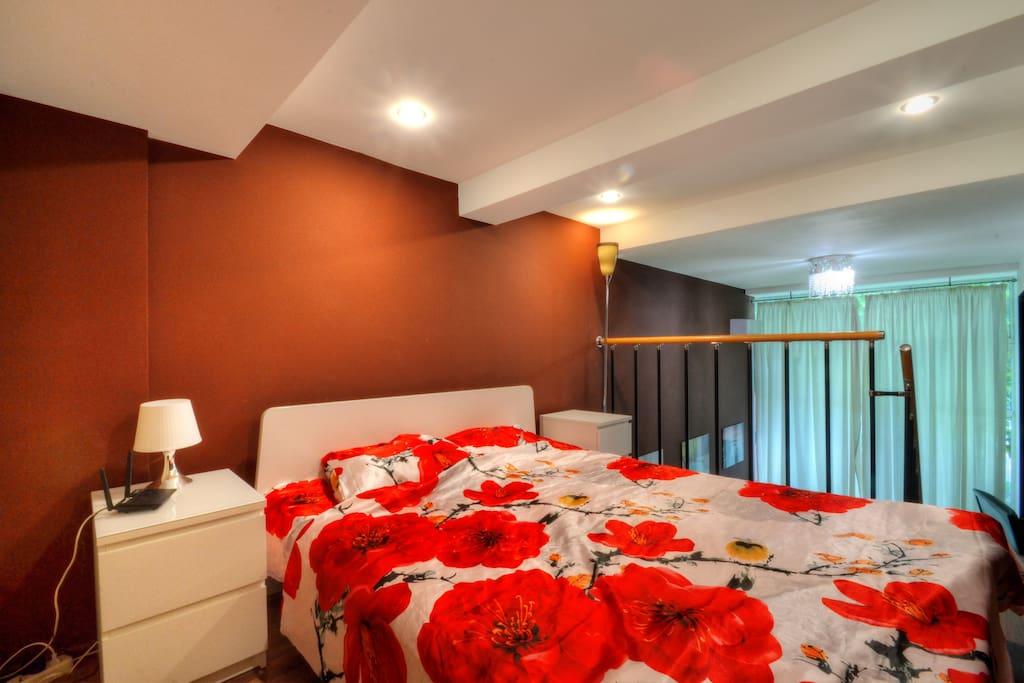 Большая двуспальная кровать и современная мебель