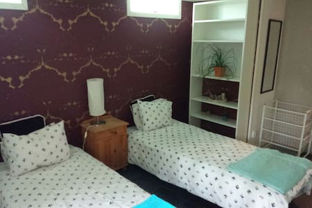 2 single beds in basement w. toilet&kitchenette - Linköping