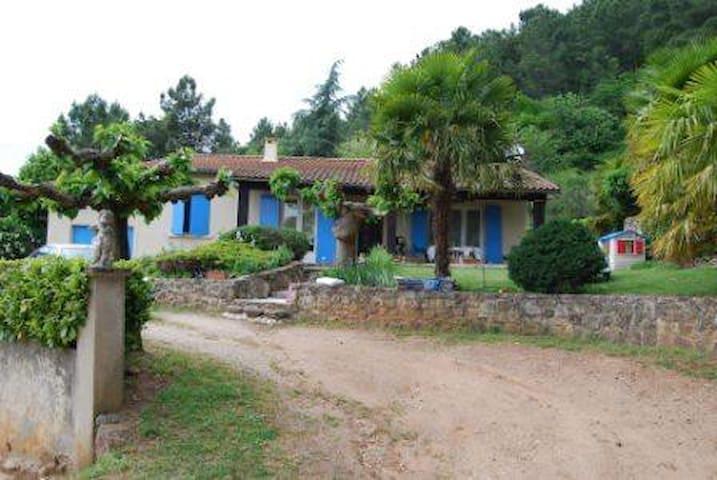 Chambre privée dans cadre magnifique - Privas - Hus