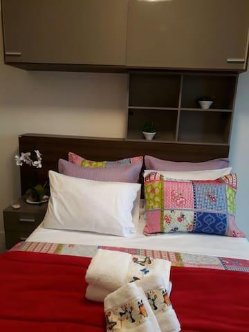 Quarto 03 - Desfrute de uma noite relaxante em quarto equipado