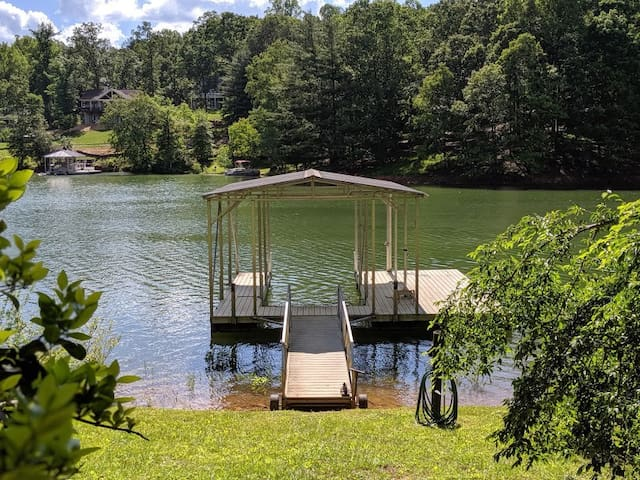 Lakefront cottage w/private dock and view of Lake!