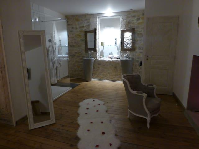 O²suites chambre scandinave avec jacuzzi privé - Bernis - Dům