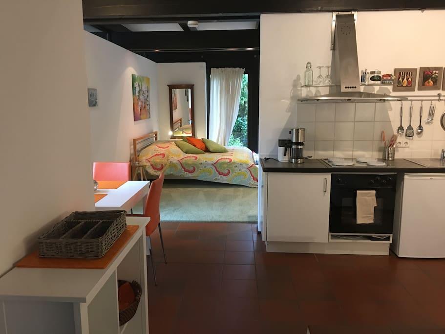 Küchenzeile mit Blick auf Schlafzimmer 1