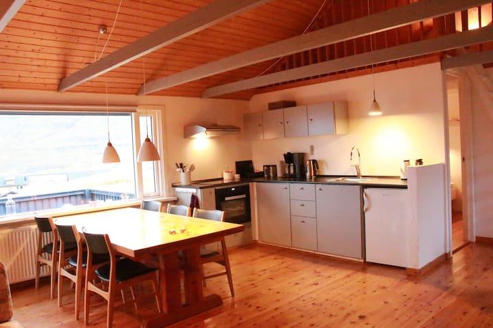 Cottage in Svínáum, Eysturoy. - Svinair - Houten huisje