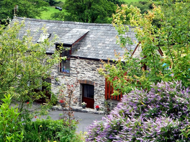 AN IDYLLIC COSY GETAWAY FULL OF  CHARM
