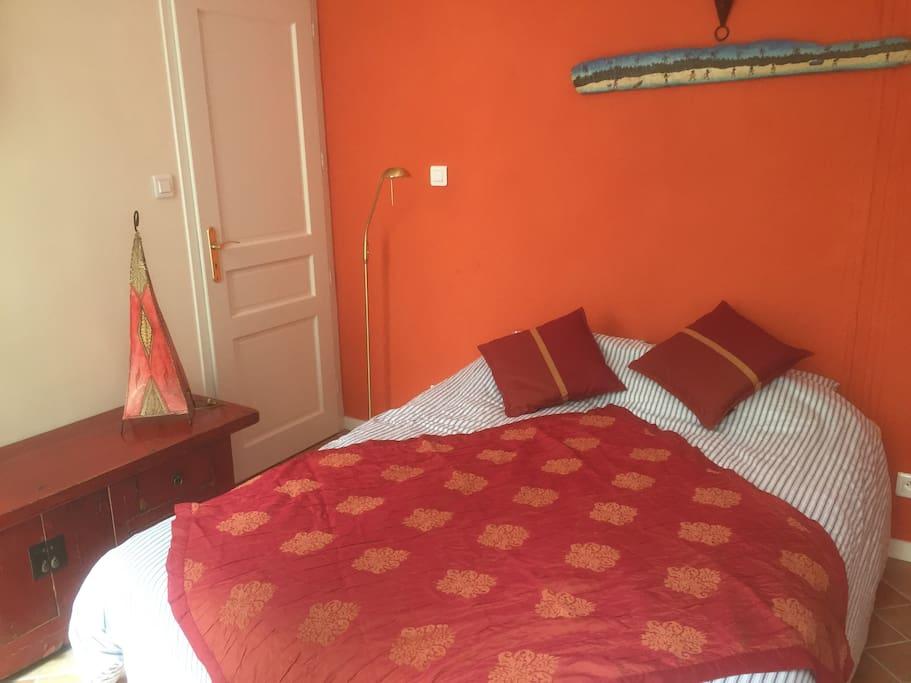 Un lit tout neuf et très confortable. Matelas ferme.