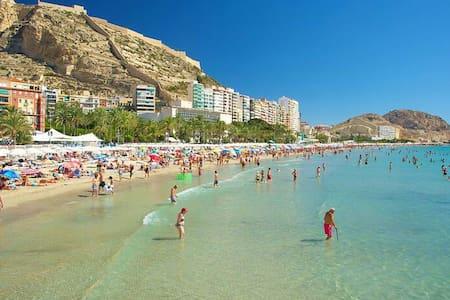 WIFI/CENTER/BEACH/ AIRPORT/HOUSE - Alicante - Bed & Breakfast