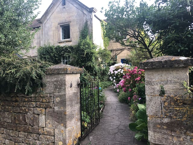 A wonderful Cottage near Bath on edge of Cotswolds