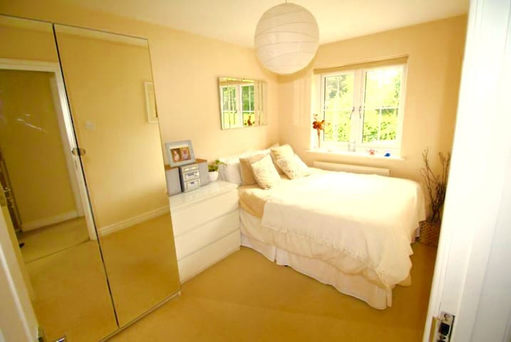 Epping Lovely Peaceful Modern Double Bedroom - Epping - บ้าน