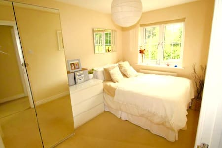 Epping Lovely Peaceful Modern Double Bedroom - Epping