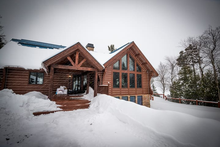 5 Bed/4 Bath huge chalet with pool/spa on the lake