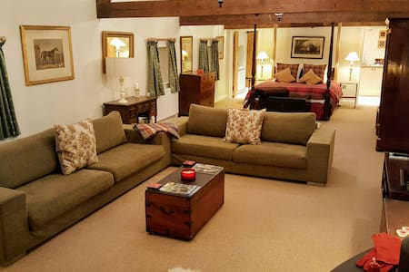 Beautifully Converted Barn suite - Stapleford
