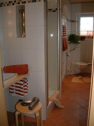 Whg Mohnblume, Badezimmer mit WC/Dusche Außenfenster