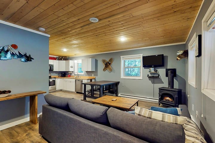 Walk to Ski lift, Contemporary cabin near skiing, lifts, mountain lakes