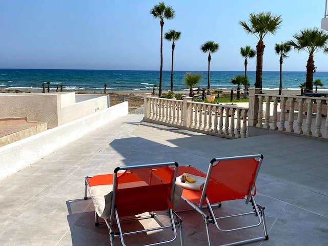 Long Beach Cottage - Beachfront Living