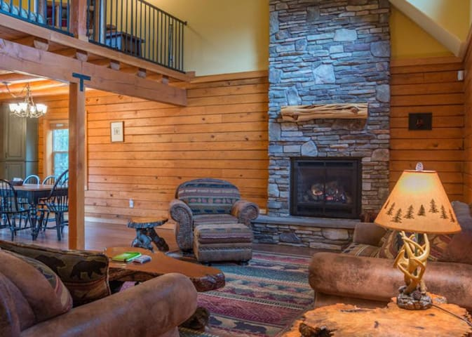 Family & dog-friendly Zigzag Mountain Lodge, fireplace, hot tub