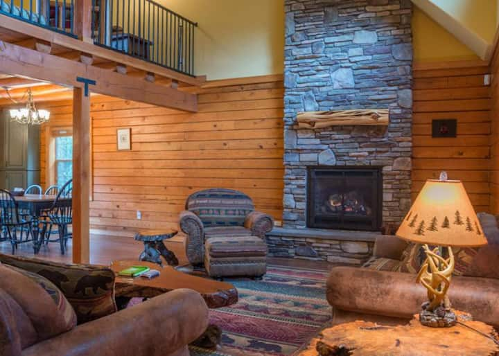 Family favorite, dog-friendly Zigzag Mountain Lodge, fireplace, hot tub