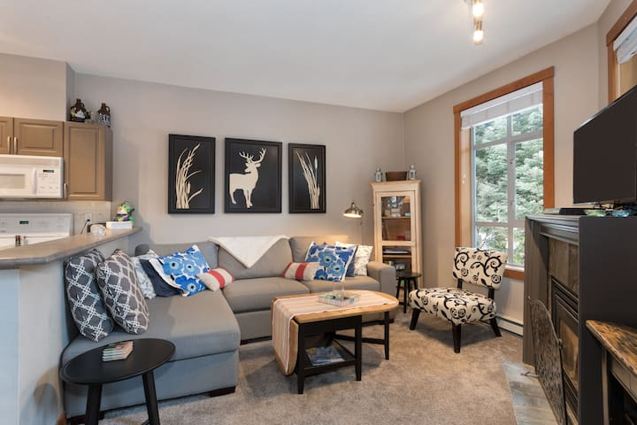 2Br/2BaTownhouse steps to Olympic Plaza in village