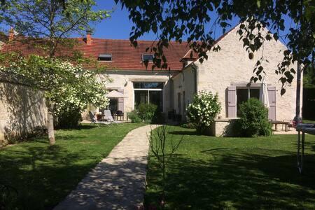 grande maison en pierre et jardin / 10 personnes