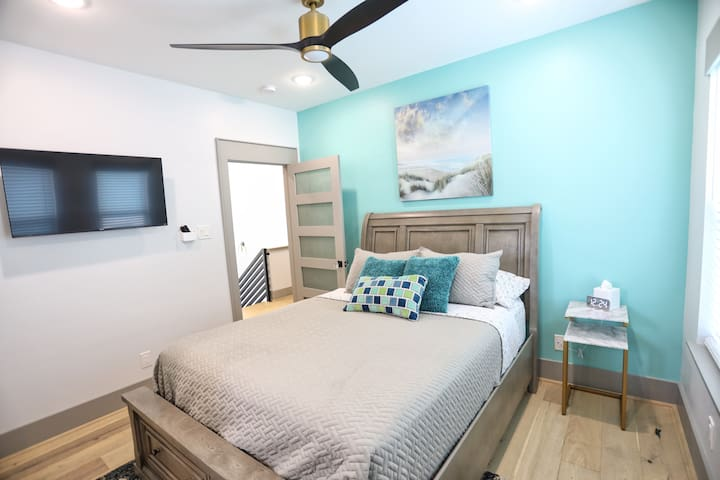 """Queen bed with closet space and 50"""" Smart TV, own bathroom"""