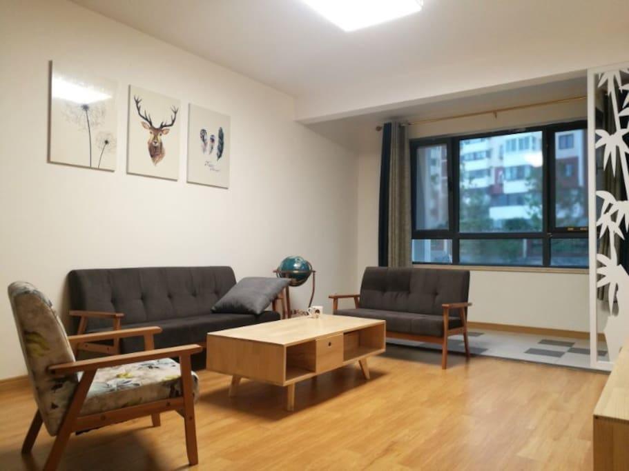 简洁大方的客厅,消除一天的疲惫,备有崂山绿茶,欢迎您的入住
