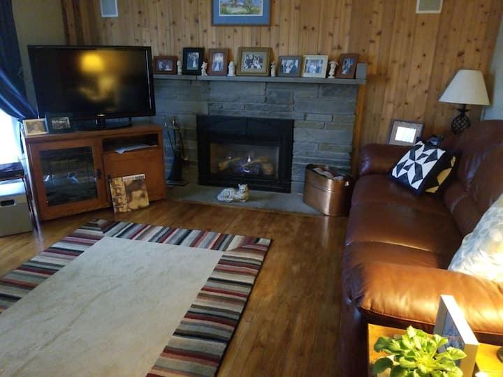 Comfortable home w/ pool & hot tub (sleeps 8+)
