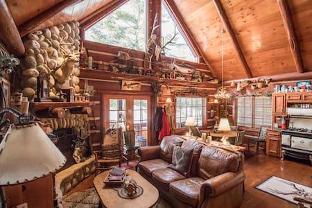 Charming Cabin in Richardson Bay on Round Lake