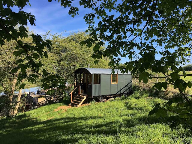 Red Kite Cabin, Riverside Shepherd's Hut, Oundle