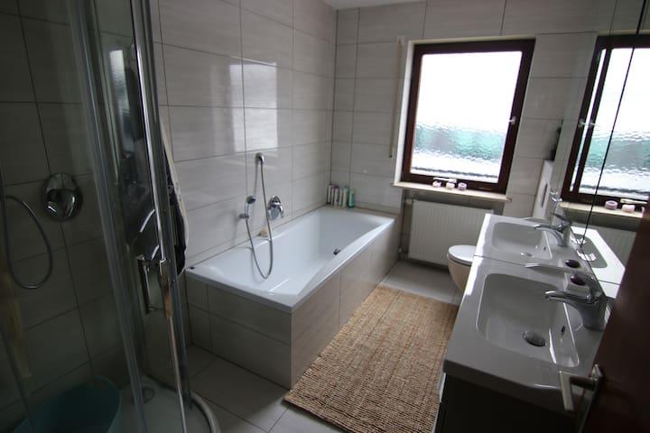Das Bad mit der Dusche im Erdgeschoss