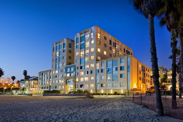 Oceanfront Room w Sunny Beach View - Santa Monica - Condominium