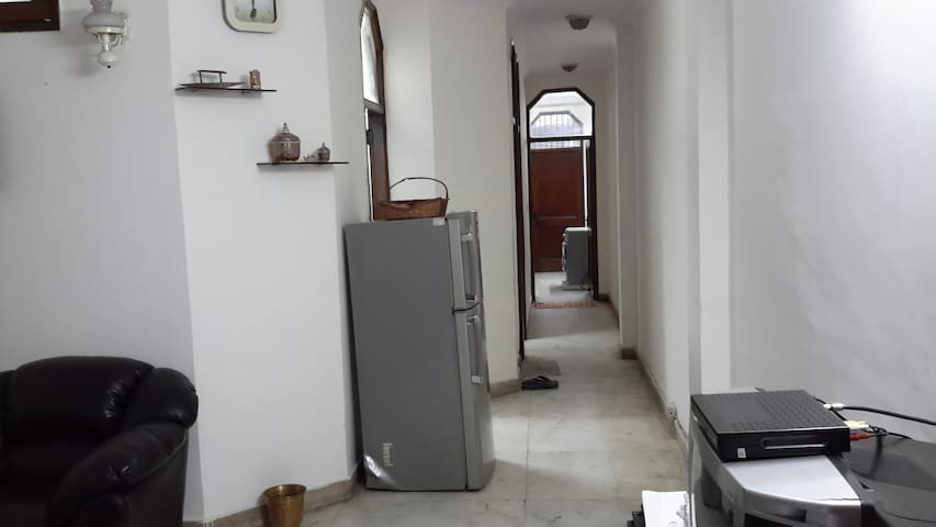 1 room in a 2bhk in south delhi close to metro
