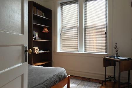 Bright & Cozy BR Urban Garden 3 mins 2 N.Y.C.Train - 蒙特克莱尔 - 公寓