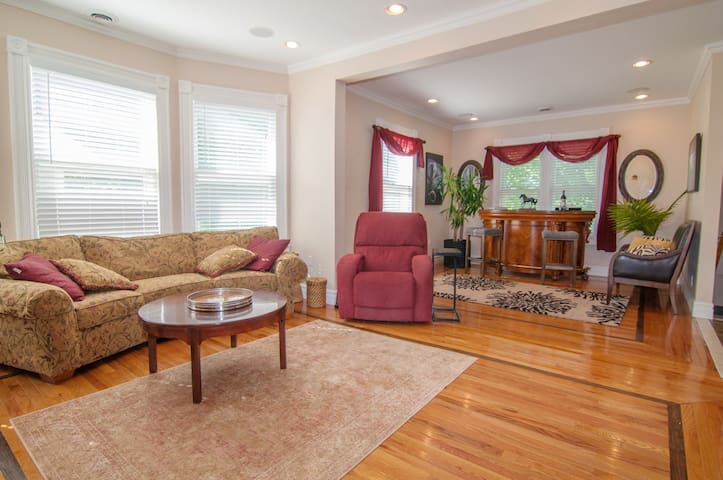 Gorgeous Home*Steps to Downtown*Sleeps 7