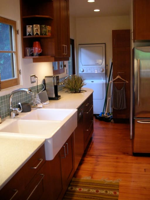 Full modern kitchen with dish washer & washer/drier laundry