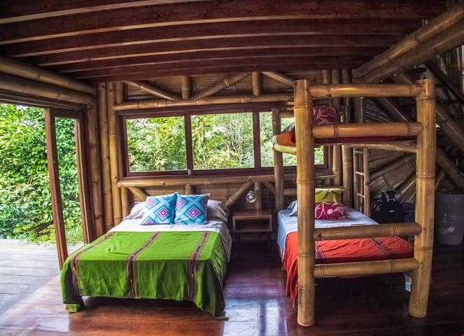 Litera y cama doble en area comun