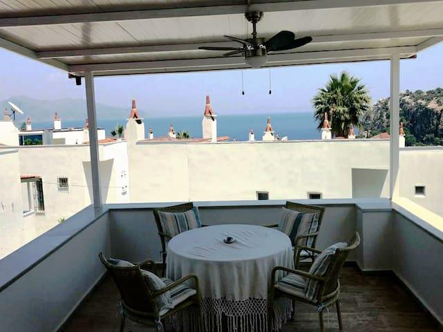 Amos koyunda özel plaj ve havuzlu deniz manzaralı