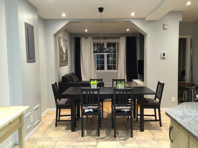 Modern 4 Bedrooms, Parking, WiFi, Close to Metro - Montréal - Townhouse