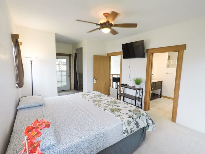 Spacious Room with Spa Bath in Downtown Hilo