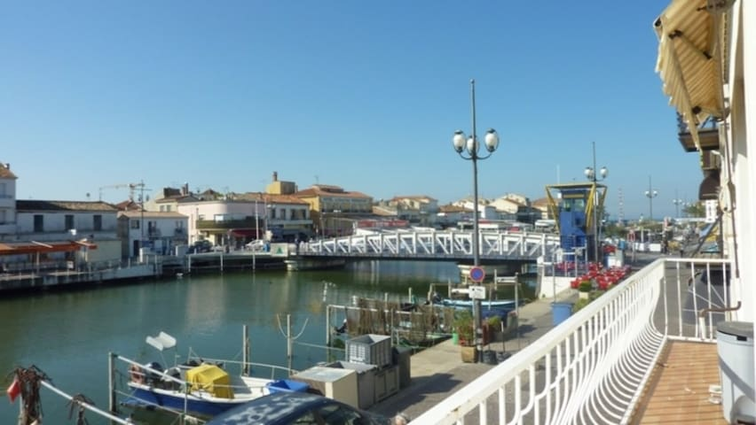 AS7605 - P3 in the heart of the city center with magnificent view of the port and canal